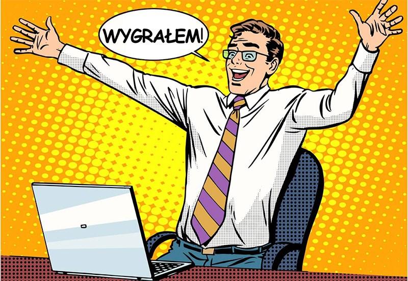 Komiksowy zwycięzca przed komputerem